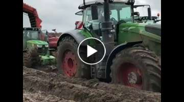 Fendt 1050 Vario helps John Deere in mud